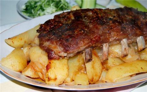 Свиные рёбра с картофелем в …