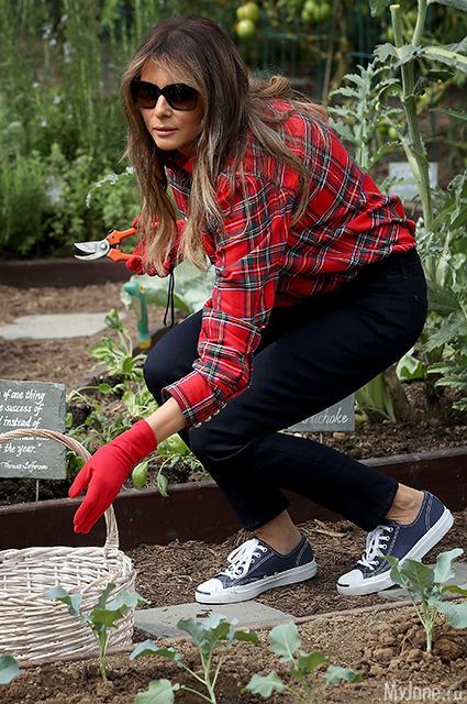 Мелания Трамп поработала в огороде в рубашке за 1380$