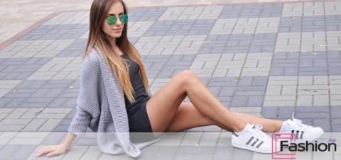 Платье с кроссовками и кедам…