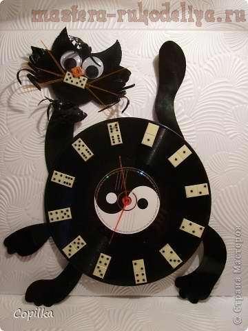 Кошка-доминошка (часы из пластинки)