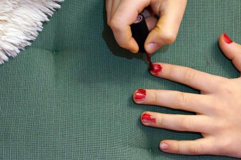 Девочка обязана красить ногти!