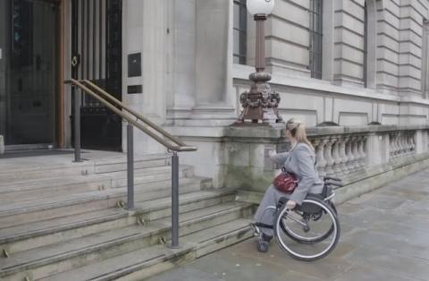 Женщина на инвалидной коляск…