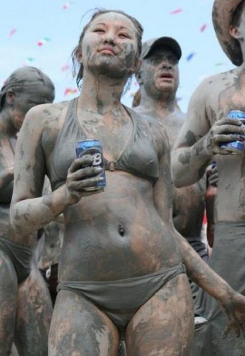 Грязные женские игры. Попасть на этот фестиваль — мечта любого мужчины, моложе 100 лет