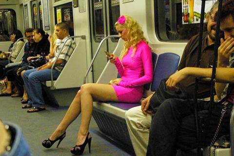 Наблюдала сегодня необычную ситуацию в метро. Две особы женского пола соревновались в наглости...