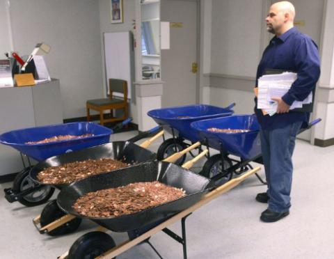 Американец отомстил чиновникам, заставив пересчитывать пять тележек мелочи