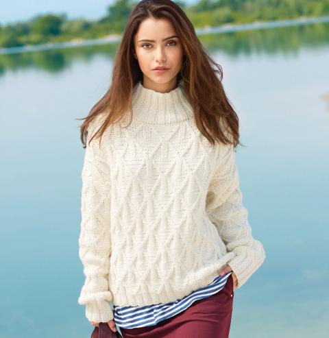 Простой свитер спицами с широкой планкой горловины