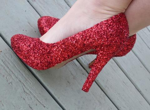 Преображаем туфли в новогодние при помощи клея и блесток.