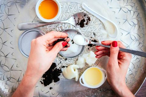 Сделай сама: крем, скраб, маска для рук от осенних холодов