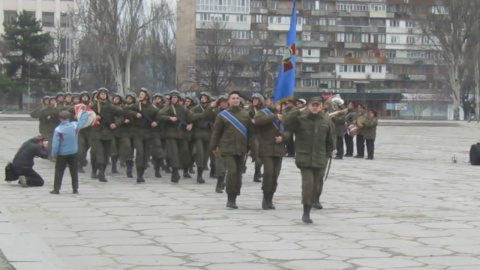 В Запорожье герой ветеран перед строем Нацгвардии поднял советское «знамя» и надпись «Россия»