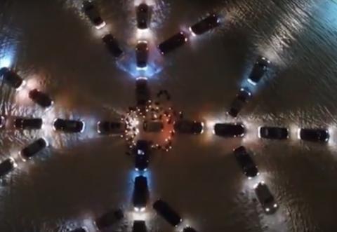 Гигантскую снежинку выстроили из автомобилей в Ижевске