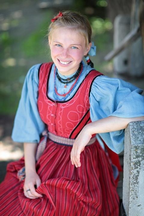Русские девушки в народных костюмах