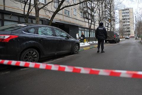 В Москве киллер подкараулил бизнесмена у его дома, пряча пистолет в букете цветов
