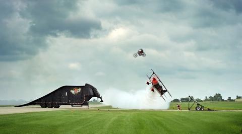 Прыжок на мотоцикле над летя…