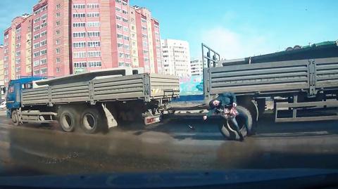 Пешеход с корзиной продуктов врезался в грузовик