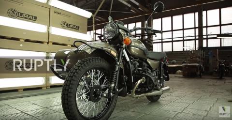 """В США начали продавать мотоциклы """"Урал"""" с бутылкой водки в комплекте"""
