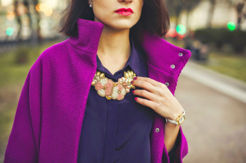 Фиолетовое пальто: с чем носить и фото-обзор