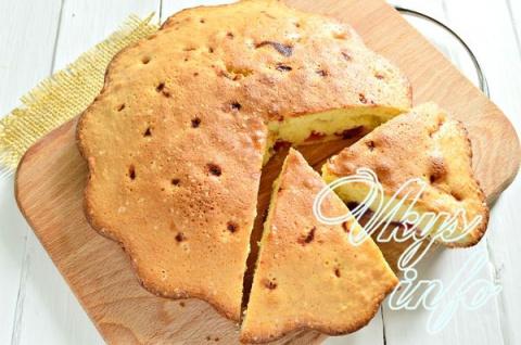 Бисквитный пирог с замороженной вишней