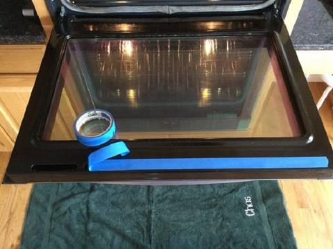 Простое до безобразия средство за копейки, которое легко очистит стекло духовки от жира