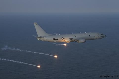 Минобороны объяснило сближение Су-27 с самолетом ВМС США на три метра