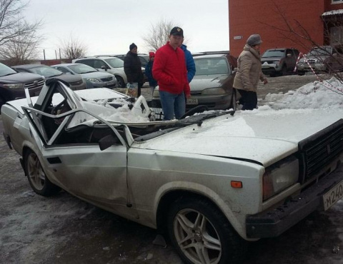 В Бийске упавший с крыши лед раздавил автомобиль ВАЗ