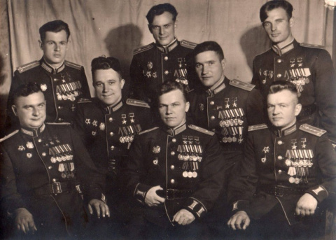 На фото 8 человек, которые уничтожили 20 полных эскадрилий Люфтваффе Германии