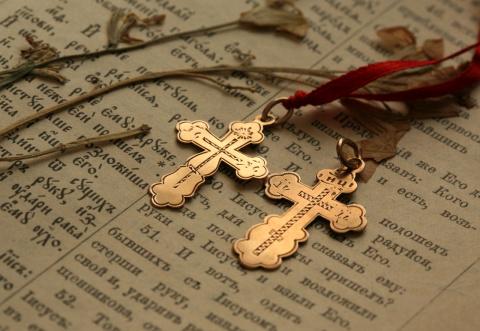 Зачем нужен нательный крестик и как его носить правильно