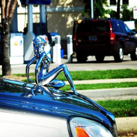Необычные фигурки на капоте автомобиля
