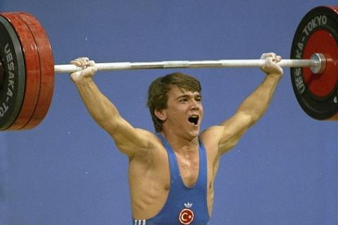 Умер олимпийский чемпион по тяжелой атлетике Сулейманоглу