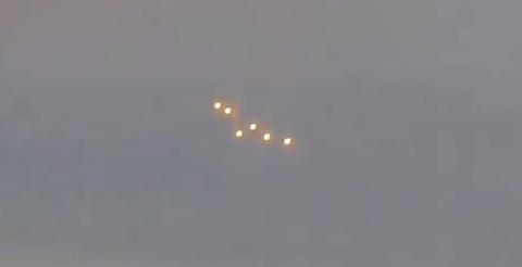 Над украинским селом запечатлели скопление ярких НЛО