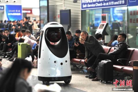 В Китае первый робот-патрульный заступил на службу на вокзале