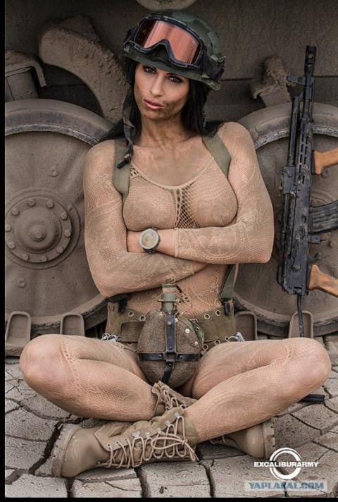 Чешские модели снялись на фоне военной техники для календаря