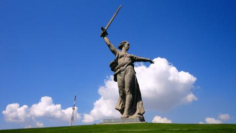В Москве проходит пикет против осквернения памятника «Родина-мать»