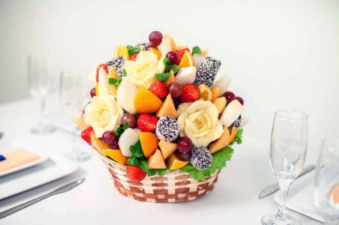 Необычные букеты из конфет и фруктов