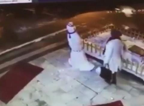 Мгновенная карма: сломав снеговика, женщина сразу же получает урок