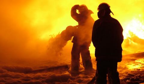 Огонь заблокировал людей на …