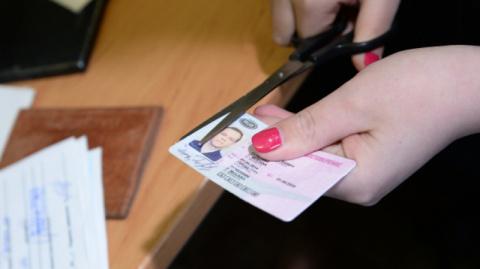 Правительство РФ внесло изменения в процедуру замены водительских прав