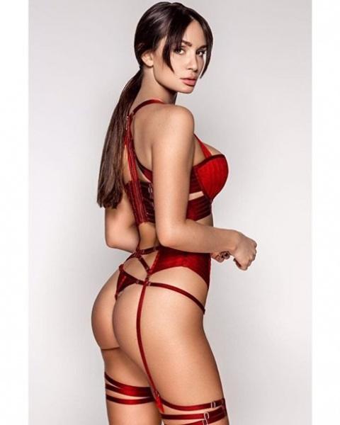 Британский секс-символ устроила горячую фотосессию в белье и без