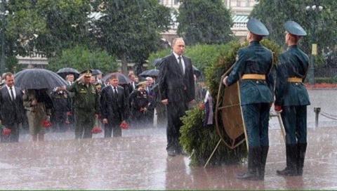 Путин, венки, дождь и соцсети.