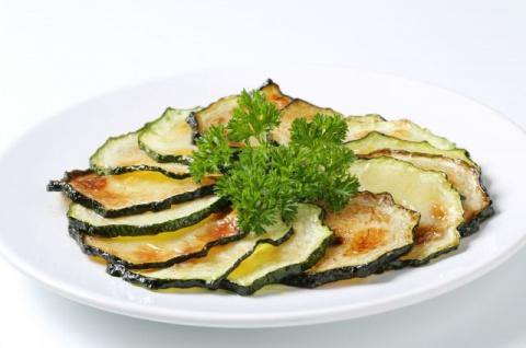 Похрустим свёклой и кабачками? Как приготовить полезные чипсы из овощей