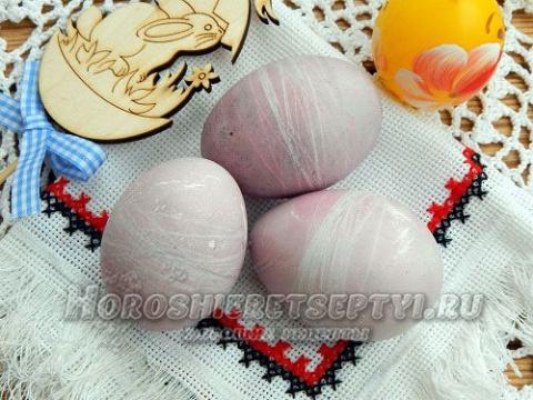 Как покрасить яйца ягодами и нитками