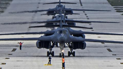 Истребители F-15 пролетели у…