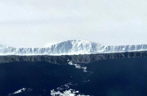 Самый большой в мире айсберг…