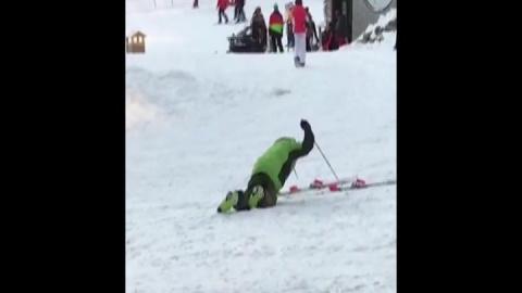 Когда не прошел акклиматизацию: Пьяный лыжник безуспешно пытается встать на лыжи