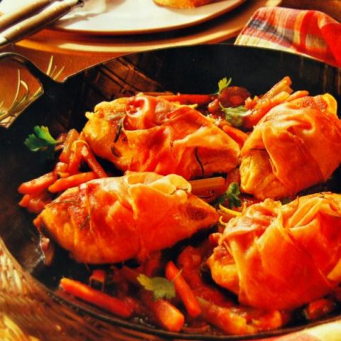 Куриные вырезки в шунке с овощами.