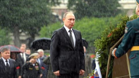 Промокший до нитки на церемонии у Могилы Неизвестного солдата Путин покорил соцсети