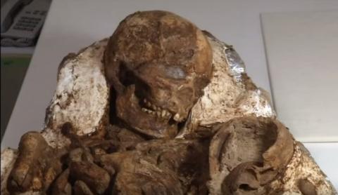 Почти 5000 лет мать обнимала…