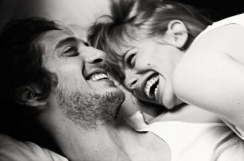 Двое постель смех улыбка секс