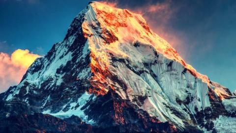 Погибших на Эвересте укроют …