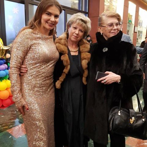 """""""Где ее талия?"""": золотое платье Алины Кабаевой подчеркнуло недостатки фигуры"""