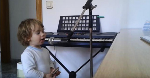 Папа начинает играть на гита…